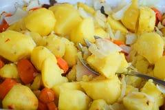 Verduras cocidas horno rústico en cierre del plato de la hornada para arriba Imagen de archivo