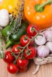 Verduras coloreadas frescas del grupo en de madera Fotografía de archivo