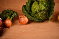 Verduras coloridas col, coliflor, bróculi, patata, cebolla en la tabla de madera Fotos de archivo libres de regalías