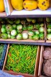 Verduras coloridas en un supermercado fotografía de archivo