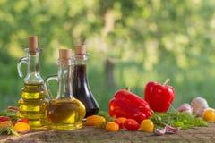 Verduras con aceite en la tabla de madera Fotografía de archivo libre de regalías