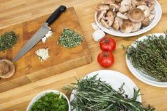 Verduras con la tajadera y el cuchillo en contador fotos de archivo libres de regalías