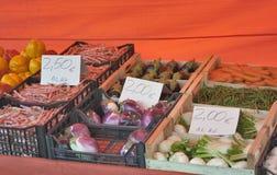 Verduras con los precios en el mercado callejero Fotos de archivo libres de regalías