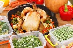 Verduras congeladas frescas y comida del pollo frito foto de archivo