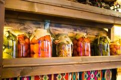 Verduras conservadas rodadas en los bancos Foto de archivo libre de regalías