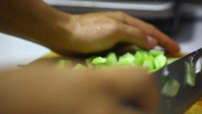 Verduras cortadas en un tablero de madera, el cocinar fresco almacen de metraje de vídeo