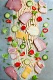 Verduras cortadas, tocino, jamón que miente en la superficie fotos de archivo