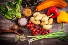Verduras crudas con las especias Foto de archivo
