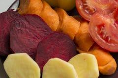 Verduras crudas, deliciosas, frescas del corte, pimientas amarillas, coche anaranjado Fotografía de archivo