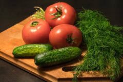 Verduras crudas en una tabla de cortar Imagen de archivo libre de regalías