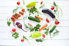 Verduras crudas frescas en la tabla blanca, concepto Fotos de archivo
