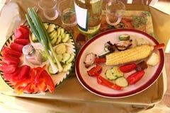 Verduras crudas y alimento cocido Imagen de archivo
