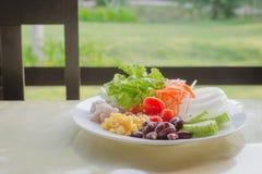 Verduras de ensalada en desayuno Fotografía de archivo