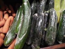 Verduras de la berenjena y de la zanahoria que son en venta compra lista imagen de archivo libre de regalías