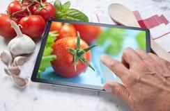 Verduras de la comida de la tableta del ordenador foto de archivo