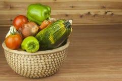 Verduras de la cosecha del otoño Verduras orgánicas crecientes en el país Comida de la dieta para la pérdida de peso Foto de archivo