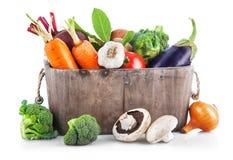 Verduras de la cosecha en cesta de madera imagenes de archivo
