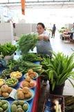 Verduras de la venta del vendedor ambulante en mercado Imagenes de archivo