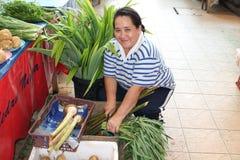 Verduras de la venta del vendedor ambulante en mercado Fotografía de archivo libre de regalías