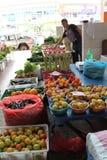 Verduras de la venta del vendedor ambulante en mercado Fotos de archivo libres de regalías
