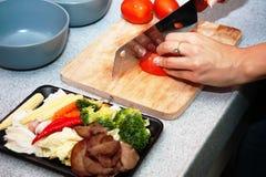 Verduras del corte en la cocina imagen de archivo