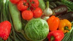 Verduras del lavado en la tabla almacen de metraje de vídeo
