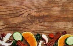 verduras del otoño en la madera Bio comida, hierbas y especias sanas O Foto de archivo
