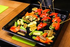 Verduras deliciosas en un molde para el horno, comida Fotos de archivo libres de regalías