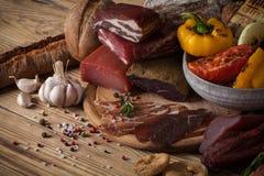 Verduras desiguales y asadas a la parrilla de la carne Foto de archivo