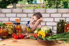 Verduras embotelladoas de la chica joven dejected Foto de archivo