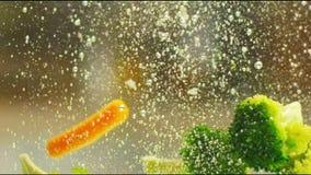Verduras en agua almacen de metraje de vídeo