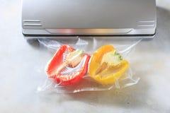 Verduras en bolsos sellados del embalaje del vacío el cocinar del Su-vídeo fotografía de archivo libre de regalías