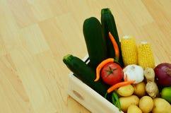 Verduras en cajones de madera Imagen de archivo libre de regalías