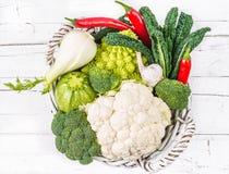 Verduras en cesta en la madera rústica blanca Imagen de archivo