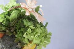Verduras en cesta, sistema del regalo sano del Año Nuevo o de la Navidad fotos de archivo