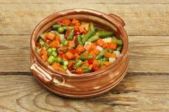 Verduras en cuenco de la arcilla Imagenes de archivo