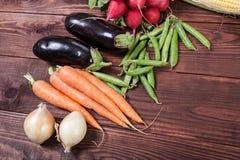 Verduras en el fondo de madera Imagen de archivo libre de regalías
