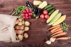 Verduras en el fondo de madera Foto de archivo libre de regalías