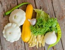 Verduras en el fondo de madera del vintage - cosecha del otoño Fotografía de archivo