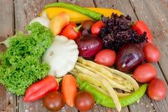 Verduras en el fondo de madera del vintage - cosecha del otoño Imagen de archivo libre de regalías