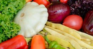 Verduras en el fondo de madera del vintage - cosecha del otoño Foto de archivo libre de regalías