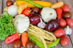 Verduras en el fondo de madera del vintage - cosecha del otoño Imagen de archivo