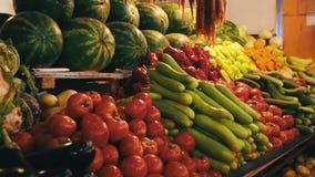 Verduras en el mercado contrario almacen de video