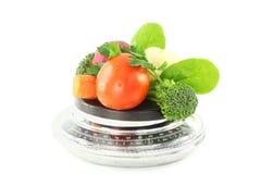 Verduras en escala en fondo blanco puro Foto de archivo