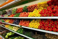 Verduras en estante en supermercado Imagen de archivo