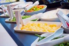 Verduras en estantes de la comida fría del bufete de ensaladas en restaurante Foto de archivo libre de regalías