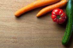 Verduras en fondo de madera Imagen de archivo