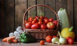 Verduras en la cesta en la tabla en el fondo del b Fotografía de archivo libre de regalías