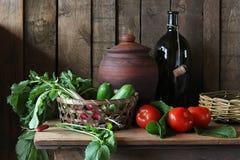 Verduras en la cesta Todavía vida en estilo rústico Fotografía de archivo