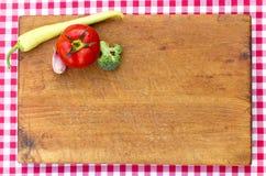 Verduras en la tabla de cortar - primer Imagen de archivo
